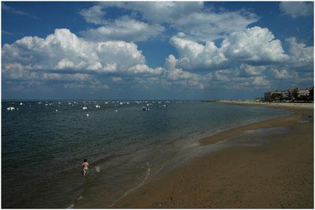 BLOG-DSC_2533-enfant épuisette plage Eyrac