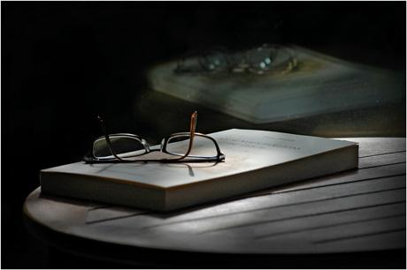 BLOG-DSC_2788-livre, lunettes, guéridon, reflet