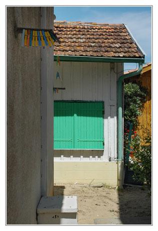 BLOG-DSC_2982-rec-pinces à linge et maison volets verts