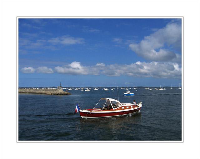 BLOG-IMG_0251- pinasse rouge sortant du port