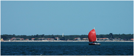 BLOG-DSC_3532-voilier spi rouge et quartier Bélisaire Cap-Ferret