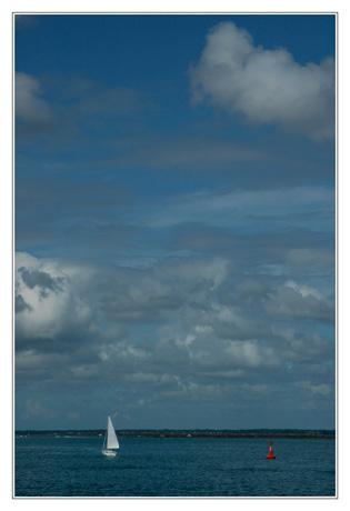 BLOG-DSC_4463-voilier bouée rouge et nuages