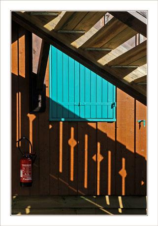 BLOG-DSC_1915-extinxteur, fenêtre et ombre escalier