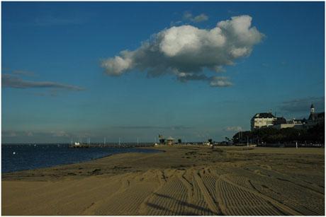 BLOG-DSC_5515-nuage sur plage et jetée Eyrac