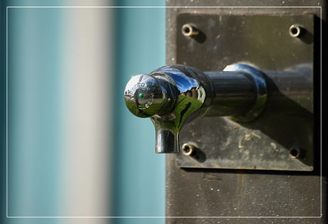 BLOG-DSC_5587-robinet et reflet devant cabane turquoize