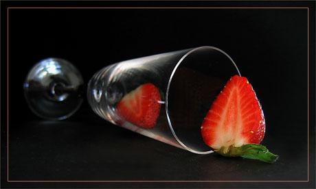 BLOG-IMG_0127-flûte renversée et 2 moitiés de fraise