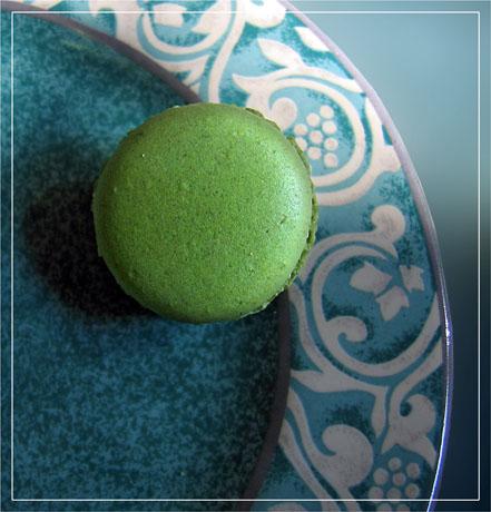 BLOG-IMG_0661-rec-dessus macaron vert et assiette arabesques