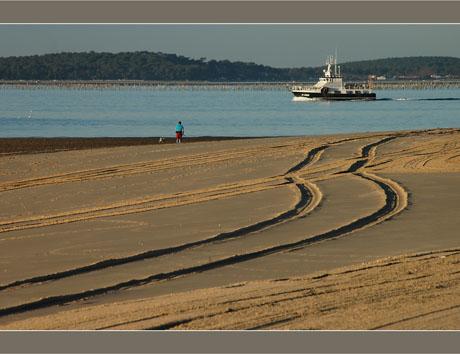 BLOG-DSC_6767-plage Péreire, promeneur, bateau et presqu'île