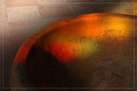 BLOG-DSC_7037-reflet vitrail sur fond baptismal