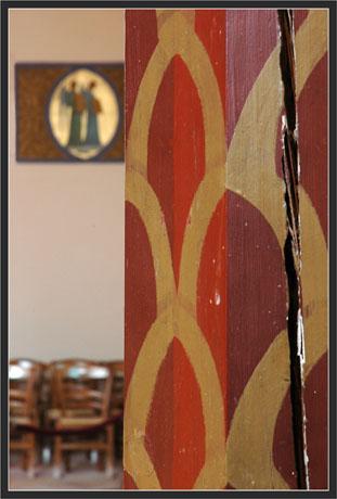 BLOG-DSC_7039-pilier chaises et fresque ND passes