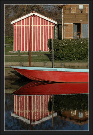 BLOG-DSC_7204-reflet 50 50 cabanes et barque rouge