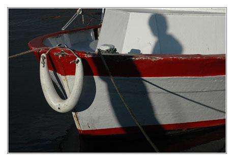 BLOG-DSC_7504-ombre gamin bateau rouge blanc
