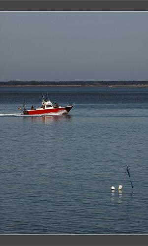 BLOG-DSC_8079-bateau rouge, bouée, île depuis jetée Thiers