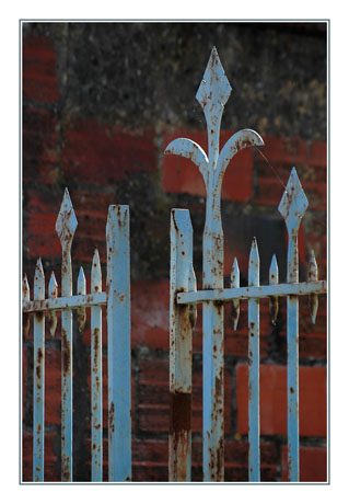 BLOG-DSC_8099-grille bleue mur pierre et brique