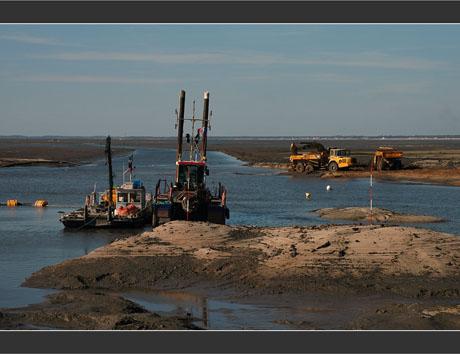 BLOG-DSC_8164-dragage chenal ports du Canal et Larros Est