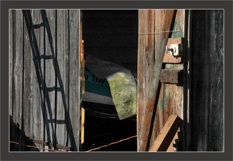 BLOG-DSC_8415-ombre échelle et bateau dans cabane