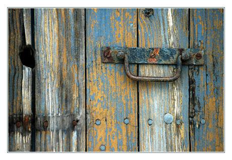 BLOG-DSC_9481-peinture écaillée porte cabane