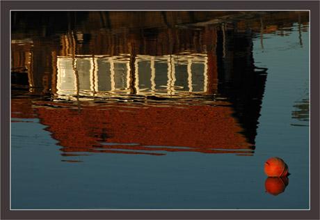 BLOG-DSC_6312-bouée et reflet cabane