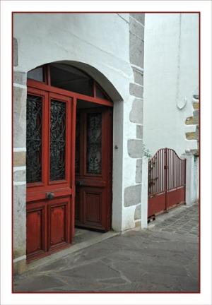 BLOG-DSC_0932-porte et portail rouges Aïnhoa