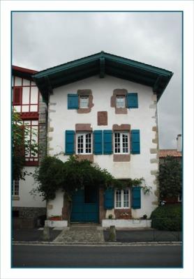 BLOG-DSC_0938-maison Aïnhoa volets bleus