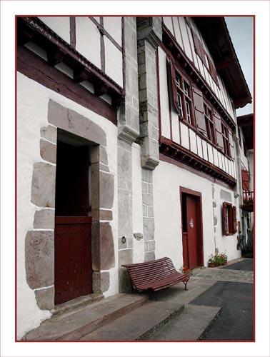 BLOG-DSC_0939-porte, banc et façades Aïnhoa