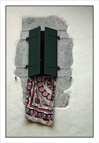 BLOG-DSC_0952-drap fenêtre Aïnhoa