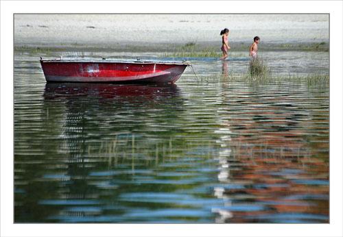 BLOG-DSC_1288-barque rouge reflets et petits baigneurs