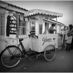 BLOG-DSC_3079-rec-triporteur marchand de glaces N&B