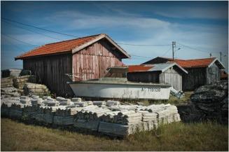 BLOG-DSC_9044-tuiles chaulées, bateau et cabanes port Gujan