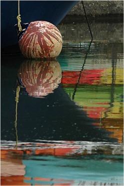 BLOG-DSC_1547-bouée et reflets canoës port Arès