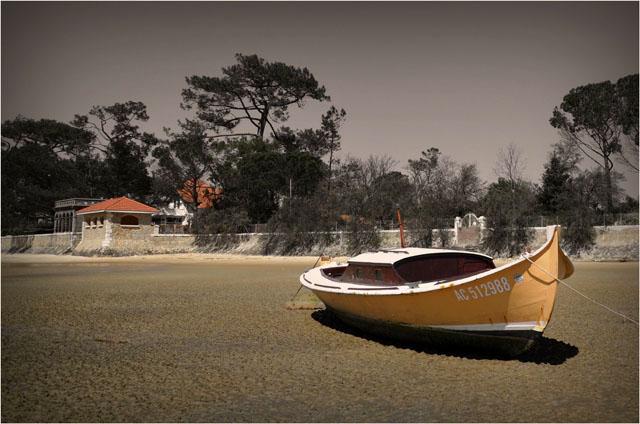 BLOG-DSC_04261-rec-pinasse D jaune plage de Taussat couleur & sépia
