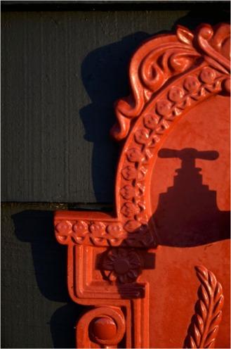 BLOG-DSC_09977-ombre robinet fontaine fonte rouge cabane