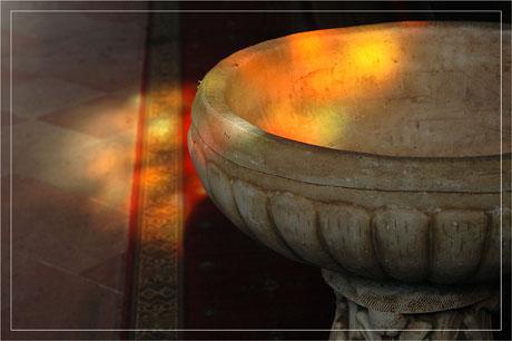BLOG-DSC_7042-reflet vitrail sur fond baptismal