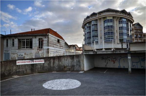 BLOG-DSC_12708-virage-interdiction stationner parking quartier St Ferdinand et bâtiments voisins