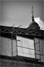 BLOG-DSC_15694-échafaudages et toles ondulées château Certes Août 2012 N&B