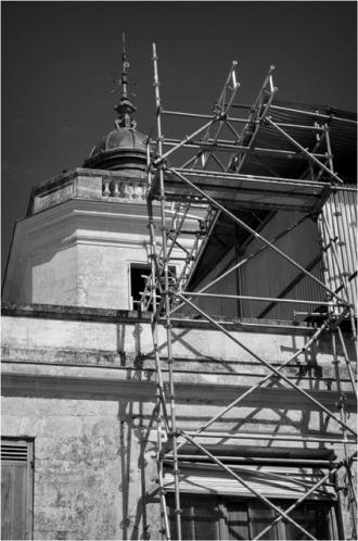 BLOG-DSC_15697-échafaudages et toles ondulées château Certes Août 2012 N&B