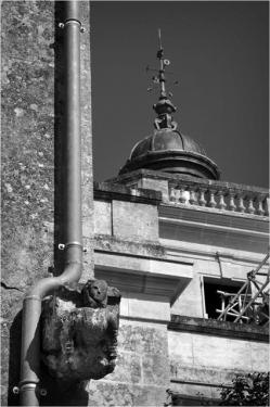 BLOG-DSC_15698-gouttière gargouille échaffaudages château Certes Août 2012 N&B