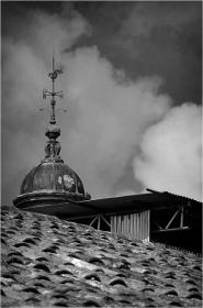 BLOG-DSC_15703-girouette tôles échafaudages château Certes et toit ferme Août 2012 N&B