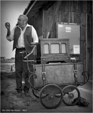 BLOG-DSC_16570-rec-Hirondelle chanteur de rue et son orgue de Barbarie N&B