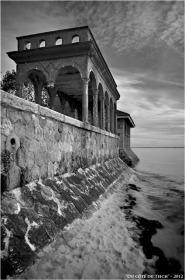 BLOG-DSC_17593-fausse ruine villa Bagatelle et dépendance villa Tosca Taussat marée haute N&B