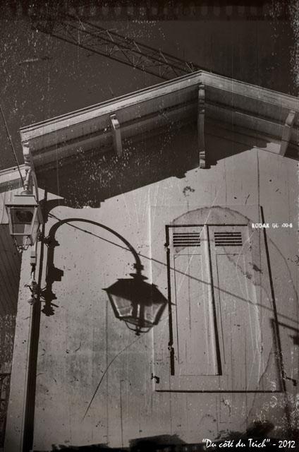 BLOG-DSC_17804-ombre réverbère façade Arcachon et grue N&B vieilli 1A