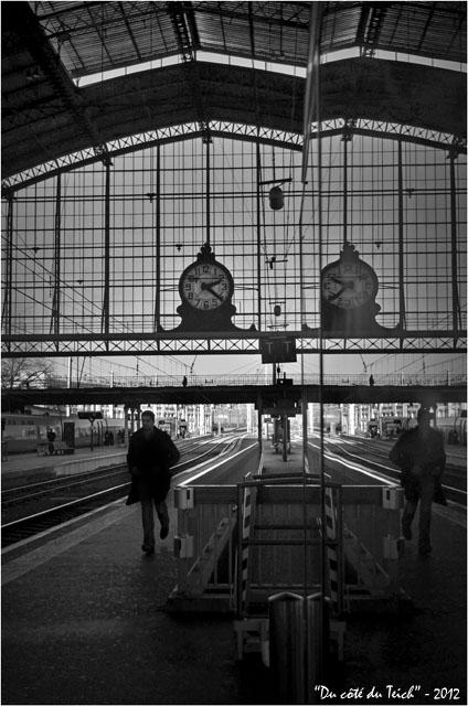 BLOG-DSC_18066-passant et reflet pendule gare Bordeaux St Jean N&B