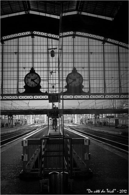 BLOG-DSC_18066-quai et reflet pendule gare Bordeaux St Jean N&B