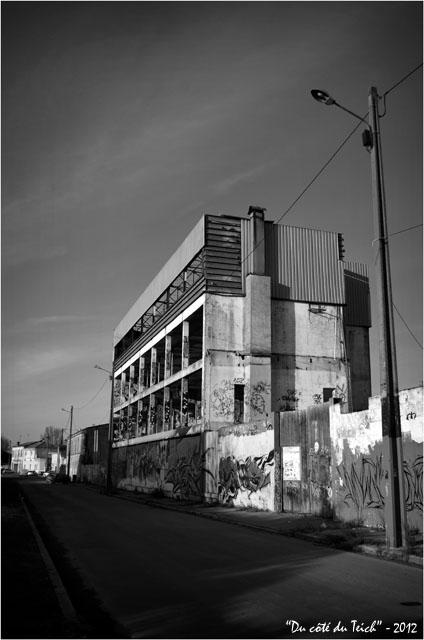 BLOG-DSC_18264-réverbère tags et ruine immeuble Bacalan bassins à flot N&B