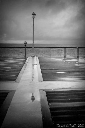 BLOG-DSC_18929-reflet réverbère et pluie jetée Thiers Arcachon N&B