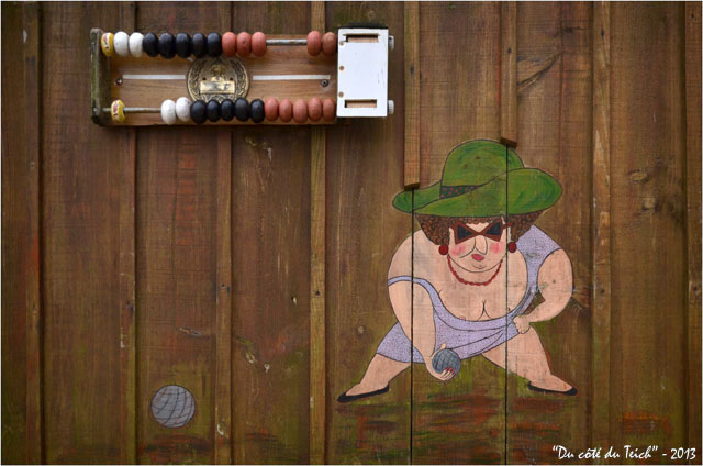 BLOG-DSC_19042-joueuse de pétanque et compteur points village de l'Herbe