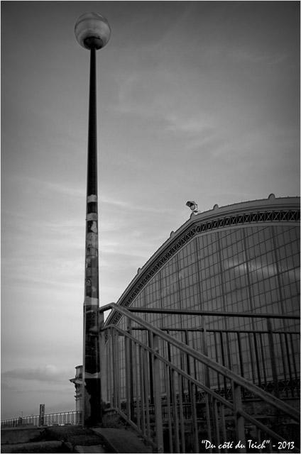 BLOG-DSC_19261-réverbère et verrière gare Bordeaux St Jean N&B