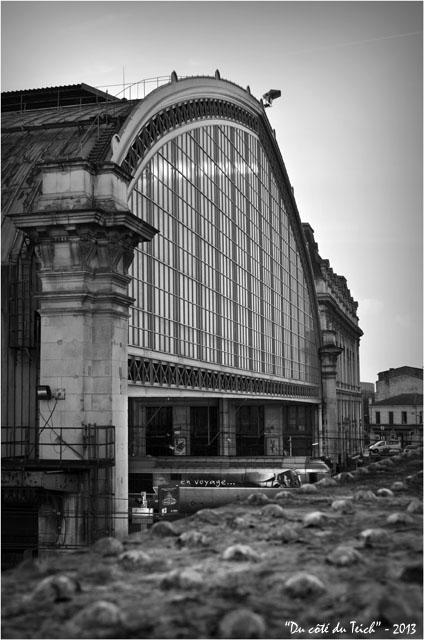 BLOG-DSC_19273-passerelle et verrière gare Bordeaux St Jean N&B