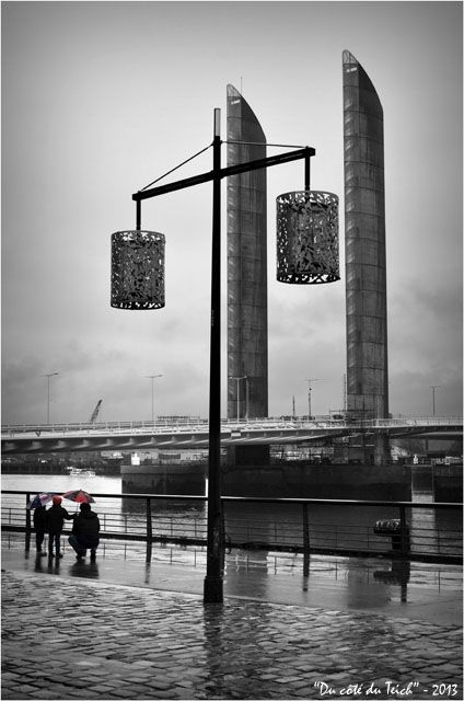 BLOG-DSC_19300-enfants parapluies quai des marques et pont Chaban Delmas Bacalan Bastide Bordeaux N&Rouge