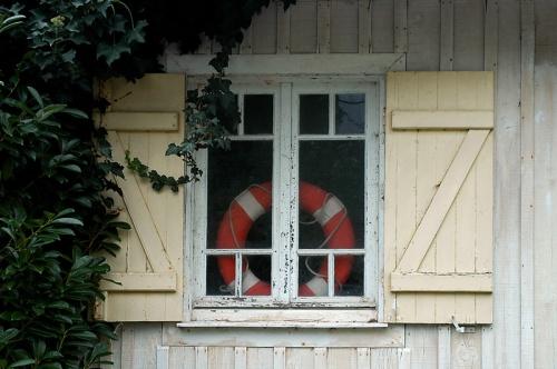 CP-DSC_2853-fenêtre, plante & bouée Grand Piquey